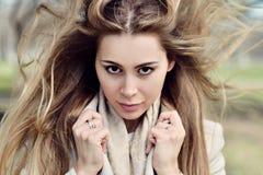 Retrato de moda de la señora con el pelo largo en ciudad Imagen de archivo libre de regalías