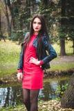Retrato de moda del otoño del lápiz labial rojo de la muchacha morena feliz joven al aire libre en la ciudad Foto de archivo