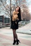 Retrato de moda del otoño del lápiz labial rojo de la muchacha morena feliz joven al aire libre en la ciudad Fotos de archivo libres de regalías