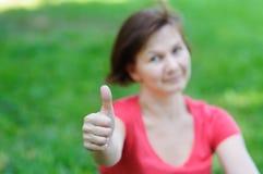 Retrato de mostrar atractivo de la mujer pulgares para arriba Imagen de archivo libre de regalías