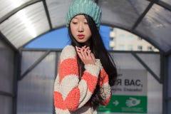 Retrato de muchachas asiáticas elegantes cerca del pequeño carro Imagenes de archivo