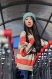 Retrato de muchachas asiáticas elegantes cerca del pequeño carro Foto de archivo