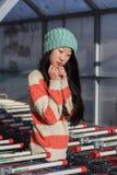 Retrato de muchachas asiáticas elegantes cerca del pequeño carro Imágenes de archivo libres de regalías