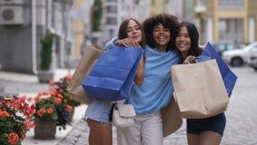 Retrato de muchachas diversas divertidas con los bolsos de compras almacen de video