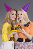 Retrato de muchachas hermosas con la torta de cumpleaños Fotos de archivo libres de regalías