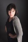 3/4 retrato de mujer de pelo oscuro madura que mira al lado Foto de archivo