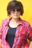 Retrato de mujeres en camisa de tela escocesa. Fotos de archivo