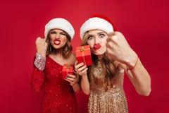 Retrato de mujeres furiosas enojadas en sombreros de la Navidad Fotografía de archivo