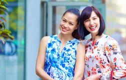 Retrato de mujeres hermosas felices al aire libre Fotografía de archivo libre de regalías