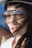 Retrato de mujeres jovenes atractive con las gafas de sol imagenes de archivo