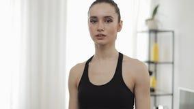 Retrato de mujeres jovenes después de entrenar en casa Muchacha de la aptitud que mira en la cámara C?mara lenta Sano y deporte metrajes