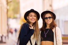 Retrato de mujeres jovenes en la calle hermosa Fotografía de archivo libre de regalías