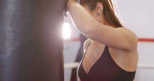 Retrato de mulher ativa dedicada que descansa após o exercício no clube do gym do encaixotamento video estoque