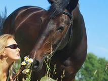 Retrato de mulheres bonitas com sua égua Imagem de Stock Royalty Free
