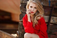 Retrato de mulheres bonitas na doca velha fotografia de stock royalty free