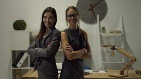 Retrato de mulheres de negócios de sorriso com mãos dobradas filme
