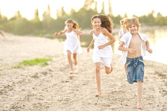 Retrato de niños en la playa Imágenes de archivo libres de regalías