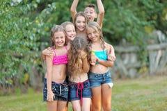 Retrato de niños felices en la naturaleza foto de archivo libre de regalías