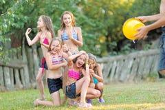 Retrato de niños felices en la naturaleza foto de archivo