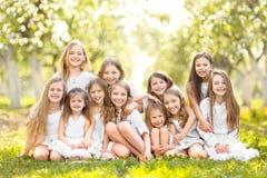Retrato de niños felices en la naturaleza Imagenes de archivo