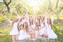 Retrato de niños felices en la naturaleza Fotografía de archivo libre de regalías