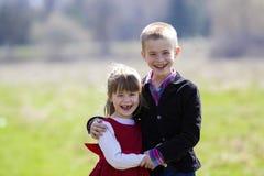 Retrato de niños sonrientes rubios hermosos con el te divertido del niño Foto de archivo