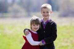 Retrato de niños sonrientes rubios hermosos con el te divertido del niño Imagen de archivo libre de regalías