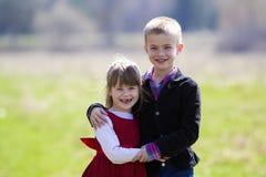 Retrato de niños sonrientes rubios hermosos con el te divertido del niño Fotos de archivo libres de regalías
