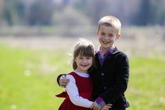 Retrato de niños sonrientes rubios hermosos con el te divertido del niño Imagenes de archivo
