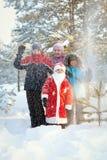 Retrato de niños y de Papá Noel en bosque del invierno Fotos de archivo