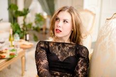 Retrato de olhar acima a jovem senhora bonita no fundo interior luxuoso do partido Imagens de Stock