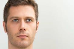Retrato de olhos azuis considerável do homem foto de stock