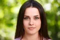 Retrato de olhos verdes freckled bonito novo da cara da mulher com hea imagem de stock