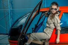 Retrato de Op. Sys. cercano del piloto del helicóptero de la mujer joven fotos de archivo libres de regalías