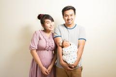 Retrato de padres asiáticos y de seis meses del bebé en casa Fotos de archivo