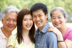 Retrato de padres chinos con los niños adultos Imagen de archivo