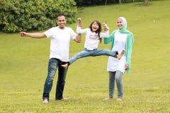 Retrato de padres felices y de su hija Fotos de archivo libres de regalías