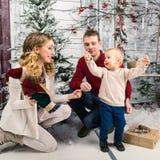 Retrato de padres jovenes felices positivos con su pequeño hijo en Fotografía de archivo