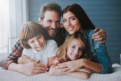 Retrato de pais felizes com crianças bonitas Conceito de famílias saudável completo fotos de stock royalty free