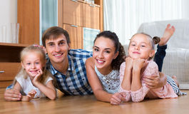 Retrato de pais felizes com meninas Imagem de Stock