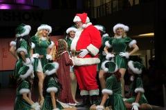 Retrato de Papá Noel feliz y de Santa Girls Fotografía de archivo libre de regalías