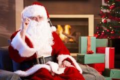 Retrato de Papá Noel por la chimenea Fotografía de archivo libre de regalías