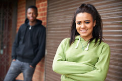 Retrato de pares adolescentes en el ambiente urbano Imagen de archivo libre de regalías