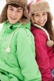 Retrato de pares adolescentes en nieve Fotografía de archivo libre de regalías