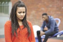 Retrato de pares adolescentes infelices en el ambiente urbano Imagen de archivo