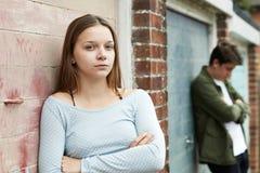 Retrato de pares adolescentes infelices en el ambiente urbano Imágenes de archivo libres de regalías