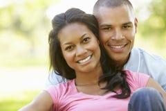 Retrato de pares afroamericanos jovenes románticos en parque Foto de archivo