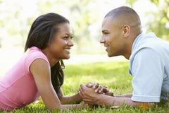 Retrato de pares afroamericanos jovenes románticos en parque Imagen de archivo