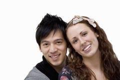 Retrato de pares cariñosos felices sobre el fondo blanco Foto de archivo