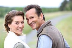 Retrato de pares de sorriso no campo Imagem de Stock